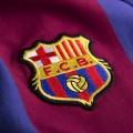 Détail du blason qui représente les couleurs du FC Barcelone sur le maillot rétro FC Barcelona des années 70.