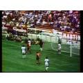 Photo d'époque de l'équipe de la Belgique des années 60 sur le terrain de jeu face au Salvador.