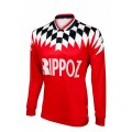 Vue de devant du maillot rétro de football de l'En Avant Guingamp, sous licence officielle, à manches longues, rouge, col en v.