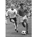 Cruyff sur le terrain de jeu portant le maillot de foot de l'équipe de la Hollande de 1974