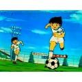 Image tirée du dessin animé Olive et Tom, Champions de foot avec Olivier Atton en pleine action sur le terrain de foot.